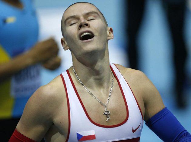 Šťastný Pavel Maslák po doběhu do cíle závodu na 400 metrů.