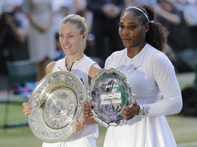 Angelique Kerberová z Německa a Serena Williamsová po finále Wimbledonu.