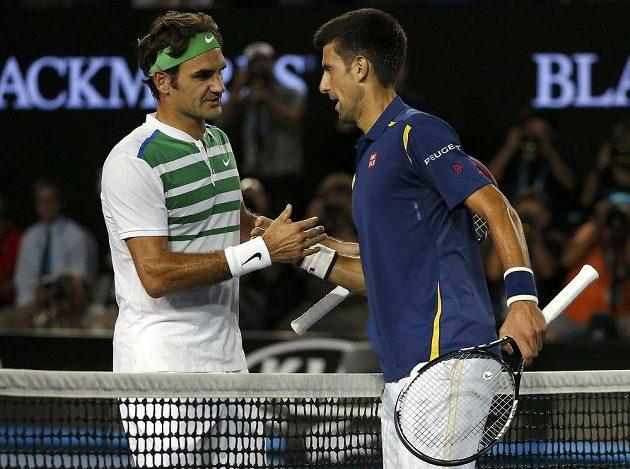 Srb Novak Djokovič (vpravo) a Roger Federer po semifinále Australian Open.