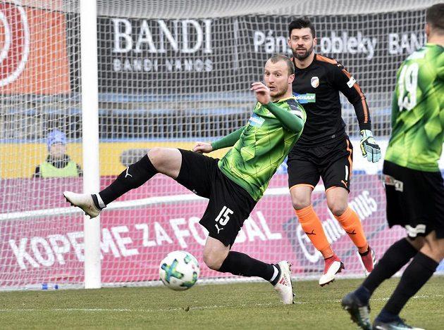 Plzeňský kanonýr Michael Krmenčík si v utkání v Olomouci poctivě plnil i defenzivní úkoly. Jeho snažení sleduje brankář Viktorie Matúš Kozáčik.