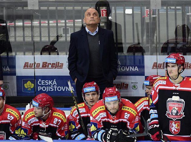 Smutek na královéhradecké střídačce po inkasovaném gólu na Spartě. Vzadu je trenér Východočechů Vladimír Kýhos.