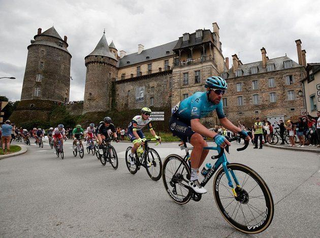 Jezdec Astany Dmitrij Gruzděv z Kazachstánu v akci během 4. etapy Tour de France.