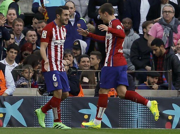 Koke (vlevo) a Antoine Griezmann se radují z vedoucího gólu Atlétika Madrid na hřišti Barcelony.