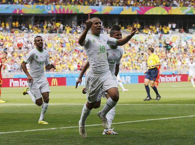 Alžírský záložník Sufján Figúlí (vpředu s číslem 10) slaví se spoluhráči gól v síti Jižní Koreje, který vstřelil útočník Islám Slimání (není na snímku).
