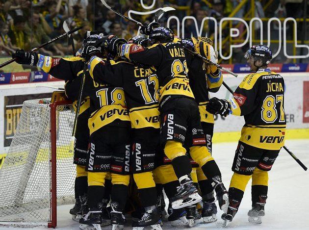Hráči Litvínova se radují z vítězství, díky kterému se udrželi v extralize.