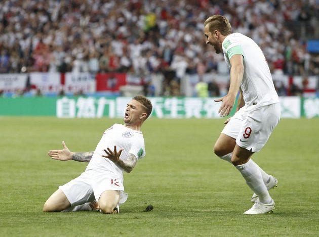 Anglický střelec Kieran Trippier (vlevo) slaví poté, co vstřelil gól Chorvatsku v semifinále MS. Gratulovat spěchá spoluhráč Harry Kane.