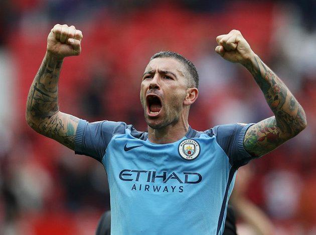 Stoper Manchesteru City Nicolas Otamendi slaví výhru na Old Trafford.