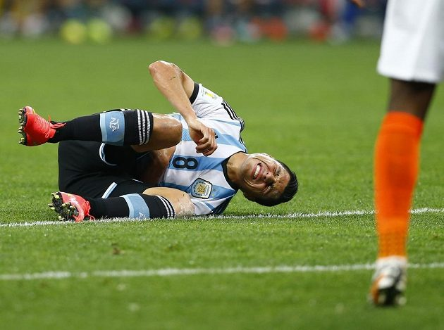 Argentinec Enzo Perez šel k zemi, zahrával se přímý kop, ale Lionel Messi Jaspera Cillessena v nizozemské bráně nepřekonal.