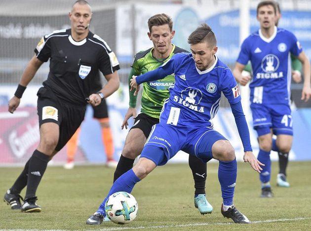 Rozhodčí Miroslav Zelinka sleduje souboj plzeňského Patrika Hrošovského (v zeleném) a domácího Davida Housky v utkání první ligy.