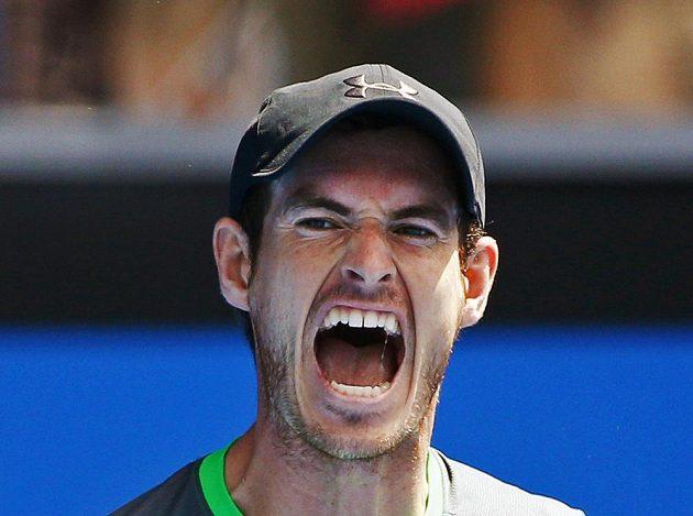 Vítězné gesto Andyho Murrayho, britský tenista porazil v prvním kole Australian Open Inda Bhambriho.