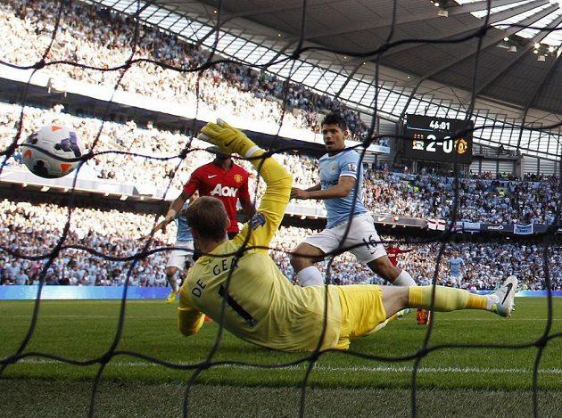 Argentinský útočník Sergio Agüero (v modrém dresu) zvyšuje náskok Citizens v derby s United.