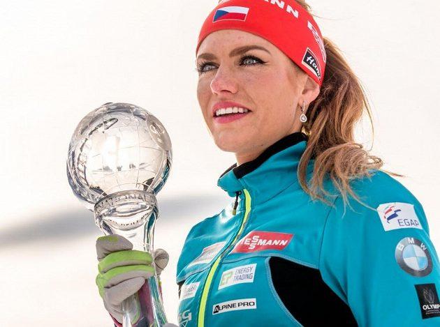 Gabriela Koukalová s malým křišťálovým glóbem za sprint.