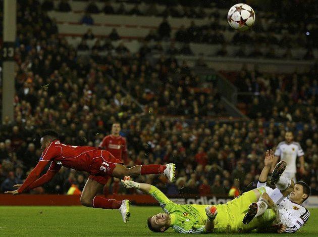 Brankář Basileje Tomáš Vaclík (na zemi) zastavuje šanci pronikajícího záložníka Liverpoolu Raheema Sterlinga (vlevo).