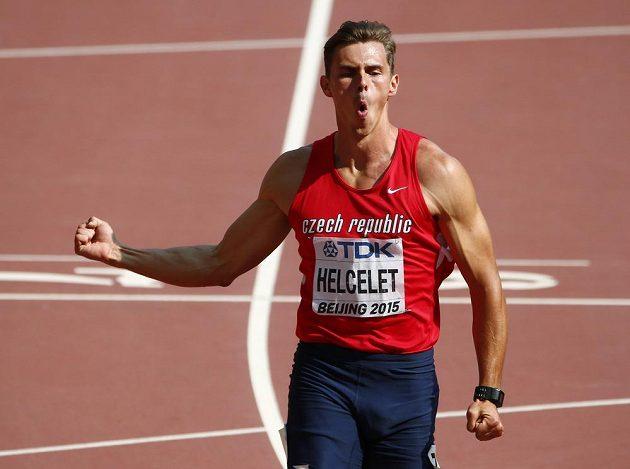 Český desetibojař Adam Sebastian Helcelet se raduje na mistrovství světa v Pekingu z vylepšení svého osobního rekordu na 110 m překážek.