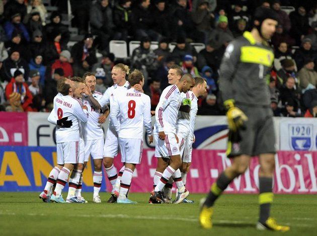 Fotbalisté Dánska se radují po jedné z branek, kterou vstřelili Petru Čechovi.