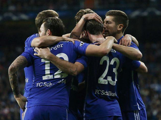 Fotbalista Schalke Christian Fuchs (23) se raduje se spoluhráči z gólu proti Realu Madrid v Lize mistrů.