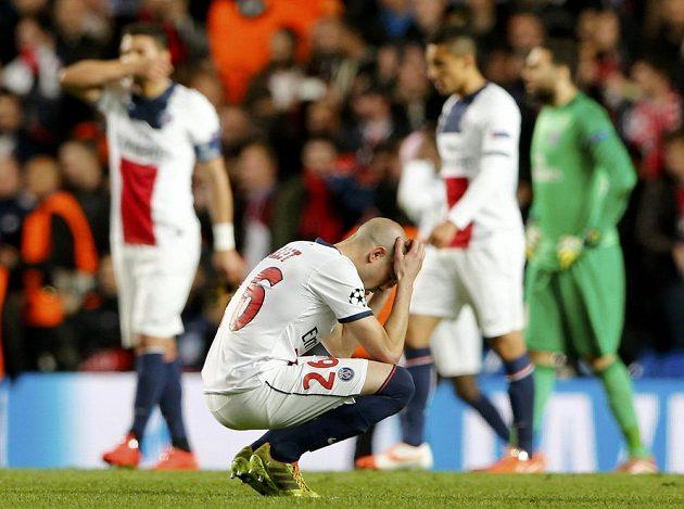 Fotbalista Paris Saint-Germain Christophe Jallet smutní po vyřazení z Ligy mistrů na Stamford Bridge.