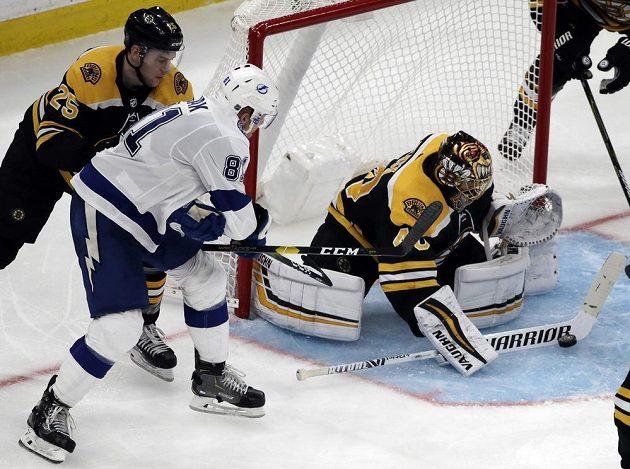 Brankář týmu Boston Bruins Tuukka Rask (40) zasahuje v utkání s Tampou Bay Lightning, stihl si ale také připsat asistenci.