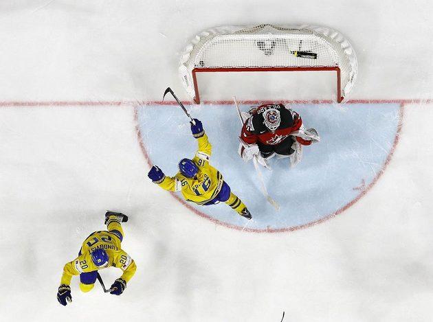 Ruce hráčů ve žlutém letí nahoru, puk propadl mezi betony kanadského gólmana Calvina Pickarda.
