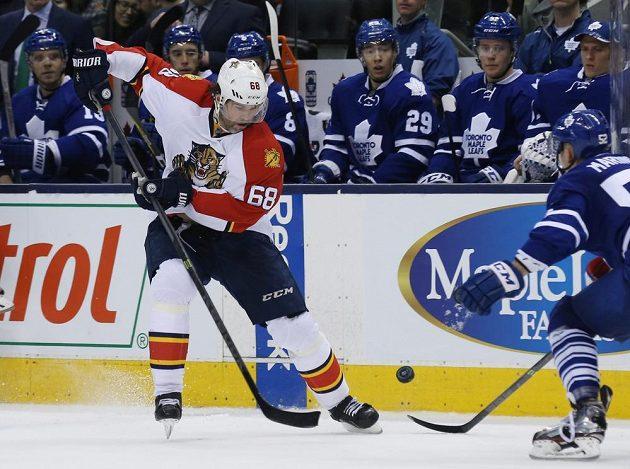 Útočník Floridy Jaromír Jágr v zápase proti Torontu. Vpravo je obránce Maple Leafs Martin Marinčin.