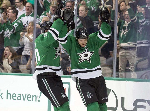 Český forvard Aleš Hemský (83) z Dallasu slaví se spoluhráčem Jasonem Spezzou (90) svůj gól do sítě Bostonu v zápase NHL.