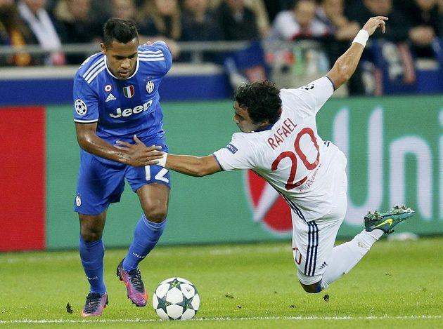 Záložník Juventusu Alex Sandro (vlevo) se snaží přejít přes Rafaela Da Silvu z Lyonu.