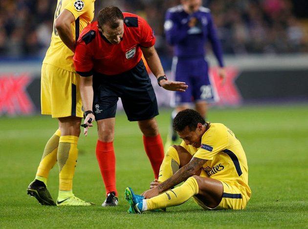 Český rozhodčí Pavel Královec řídil utkání Ligy mistrů mezi Anderlechtem a PSG. Sudí se momentálně zajímá o zdravotní stav zraněné hvězdy PSG - Neymara.
