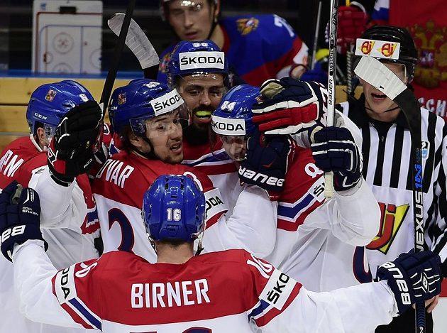 Čeští hokejisté se radují z prvního gólu proti Rusku.