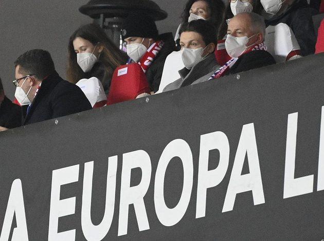 Epidemiolog a bývalý ministr zdravotnictví Roman Prymula (vpravo) sleduje utkání Evropské ligy mezi Slavií a Leicesterem.
