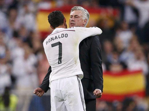 Cristiano Ronaldo z Realu Madrid se objímá s trenérem Carlem Ancelottim po vítězství nad Barcelonou.