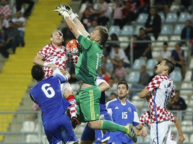 Chorvat Demagoj Vida (nahoře vlevo) se snaží překonat brankáře San Marina Eliu Benedettiniho (nahoře vpravo).