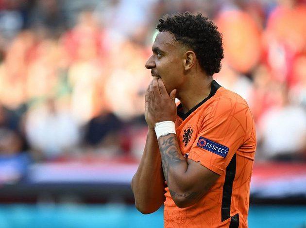 Nizozemský fotbalista Donyell Malen a jeho reakce poté, co v osmifinále EURO zahodil tutovku.
