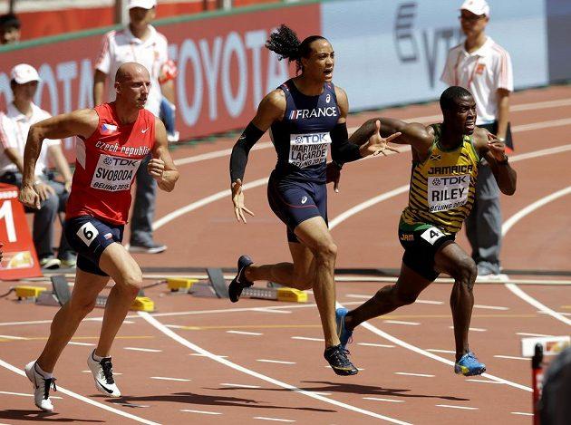 Petr Svoboda (vlevo), Francouz Pascal Martinot-Lagarde a Jamajčan Andrew Riley v rozběhu na 110 metrů překážek.