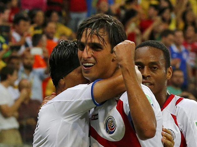 Kostaričan Bryan Ruíz se raduje se spoluhráči z gólu proti Řecku v osmifinále MS.