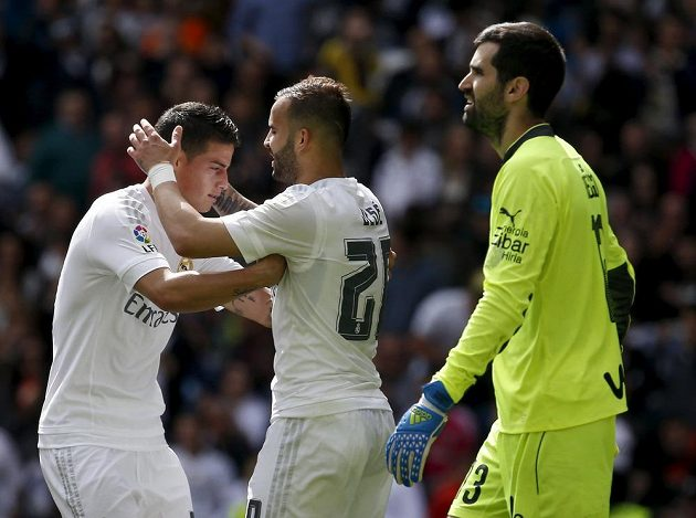 Fotbalisté Realu Madrid Jesé a James Rodríguez (vlevo) slaví gól proti Eibaru. Vpravo je zklamaný brankář hostů Asier Riesgo.