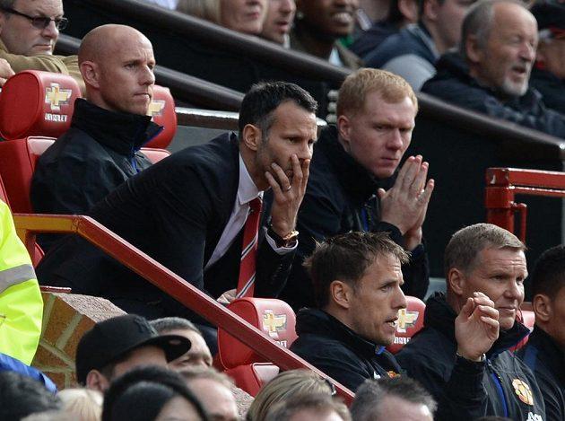 Kouč Rudých ďáblů Ryan Giggs (uprostřed) a jeho asistenti Nicky Butt (vlevo), Paul Scholes (vpravo) a Phil Jones (vlevo dole).