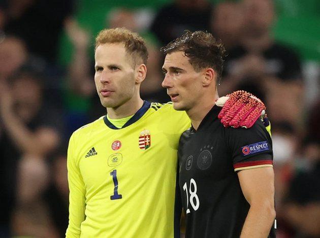 Němec Leon Goretzka (18) a maďarský brankář Peter Gulacsi po zápase.
