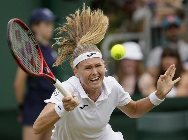 Česká tenistka Marie Bouzková v akci během Wimbledonu.