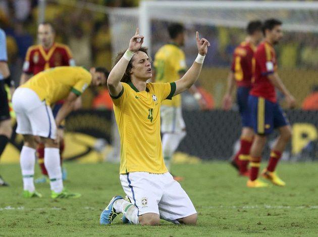 Brazilec David Luiz se raduje z vítězství ve finále Poháru FIFA proti Španělsku.