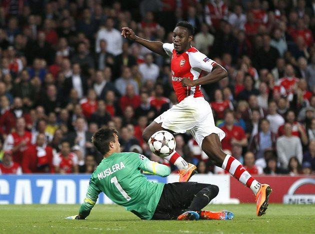Útočník Arsenalu Danny Welbeck překonává brankáře tureckého Galatasaray Fernanda Musleru v utkání druhého kola základních skupin Ligy mistrů.