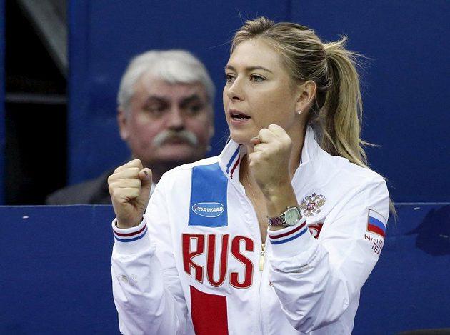 Marně držela ruská tenisová hvězda Maria Šarapovová svým krajankám palce.