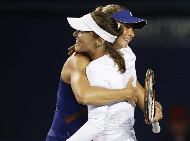 Švýcarská tenistka Martina Hingisová (v bílém) se Slovenkou Danielou Hantuchovou porazily na turnaji v Carlsbadu v prvním kole čtyřhry německo-chorvatský pár Julia Görgesová, Darija Juraková.