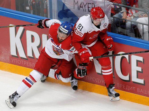 Michal Kempný (vlevo) se snaží zastavit unikajícího dánského rychlíka Larse Ellera.