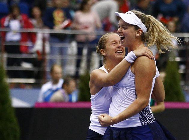 Američanky Coco Vandewegheová a Shelby Rogersová slaví vítězství v rozhodující čtyřhře fedcupového finále v Bělorusku.