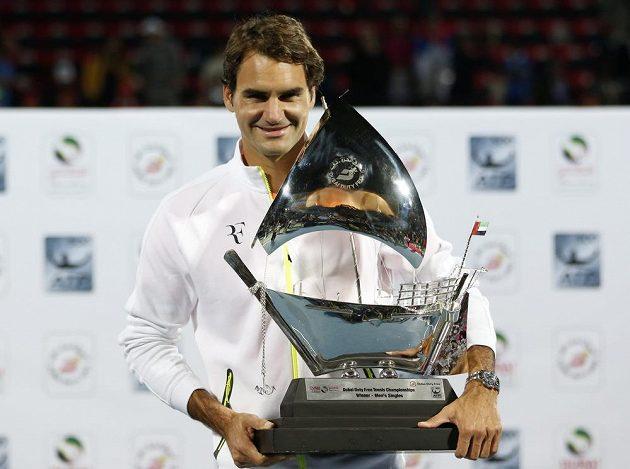 Roger Federer s trofejí pro vítěze turnaje v Dubaji.