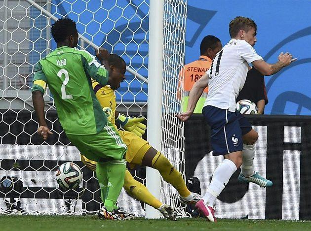 Nigerijský kapitán Joseph Yobo si po centru Antoina Griezmanna (vpravo) nešťastně srazil míč do vlastní sítě.