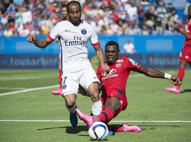 Lucas Da Silva z PSG (vlevo) chce uniknout před Henrim Bedimoem.