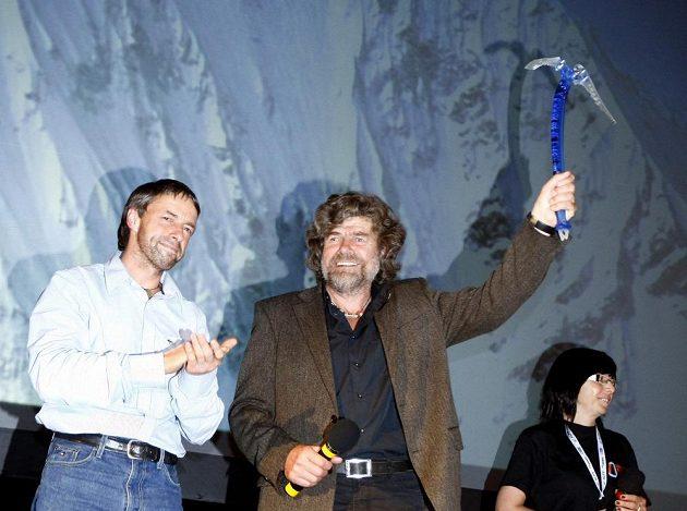 Pavel Bém (vlevo) na archivním snímku při festivalu alpinismu v Praze se slavným Reinholdem Messnerem.