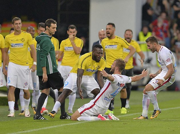 Mihai Balasa z Rumunska (na kolenou) se raduje se spoluhráči z gólu.