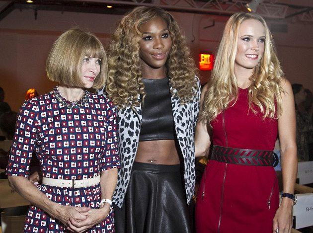 Americká tenistka Serena Williamsová (uprostřed) pózuje společně s Dánkou Caroline Wozniackou a editorkou módního časopisu Vogue Annou Wintourovou (vlevo).